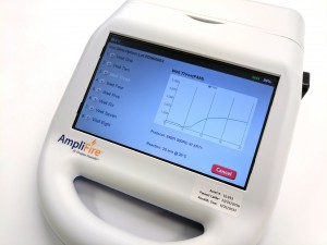 Photo 2 Lecteur portable pour le test simultané de plusieurs échantillons (huit ici). Pour l'échantillon n°3, la courbe croissante au cours des 20 min de test révèle la présence de la bactérie.